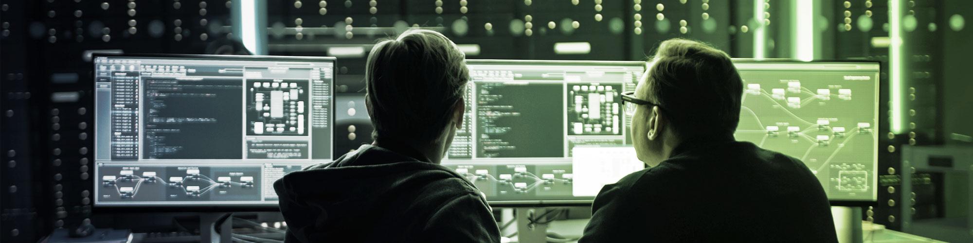 Administratoren eines Managed Servers vor Bildschirmen